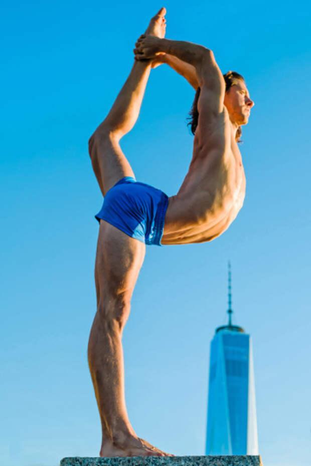 Популярные спортсмены занимаются йогой на фоне знаменитых достопримечательностей