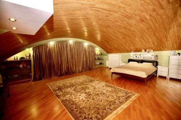 В Омске за 3-этажный особняк необычной формы просят 72 млн рублей