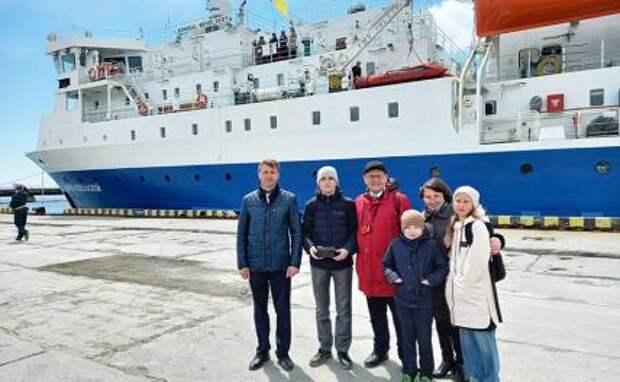 """Встречать новый грузо-пассажирский паром """"Адмирал Невельской"""" (на фото) в порт Корсаков сахалинцы приехали семьями, чтобы сфотографироваться на память."""