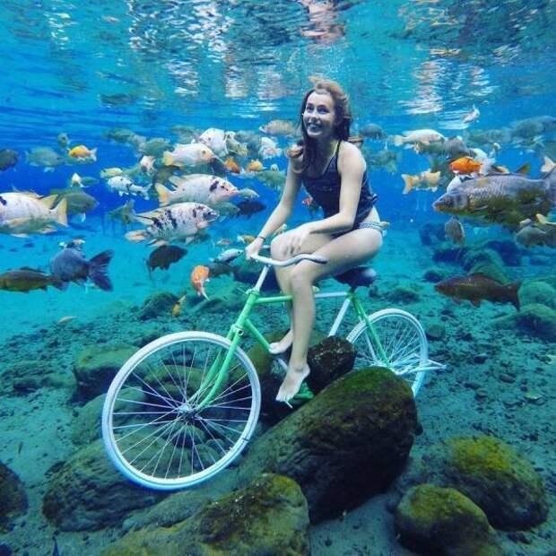 Девушка на велосипеде под водой