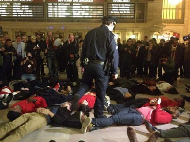 В Нью-Йорке начались акции протеста из-за оправдания полицейского