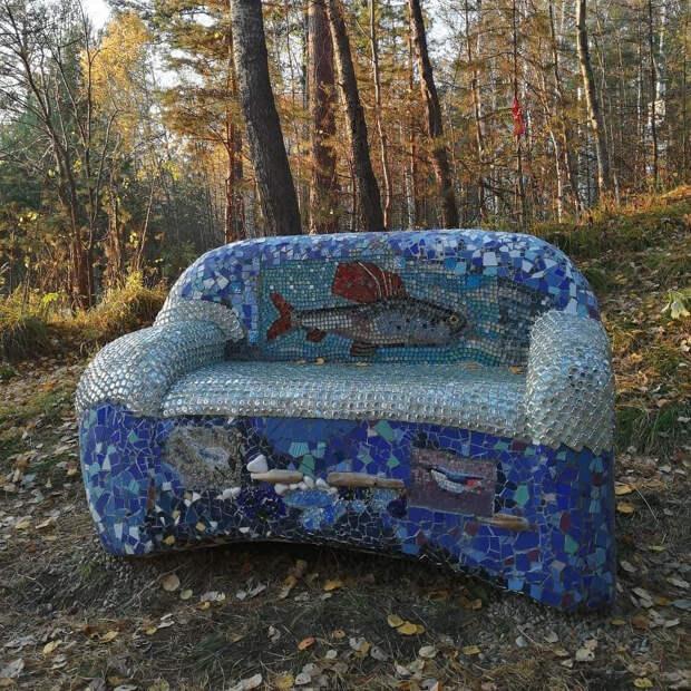 Мозаичный диван установили на Байкальском тракте