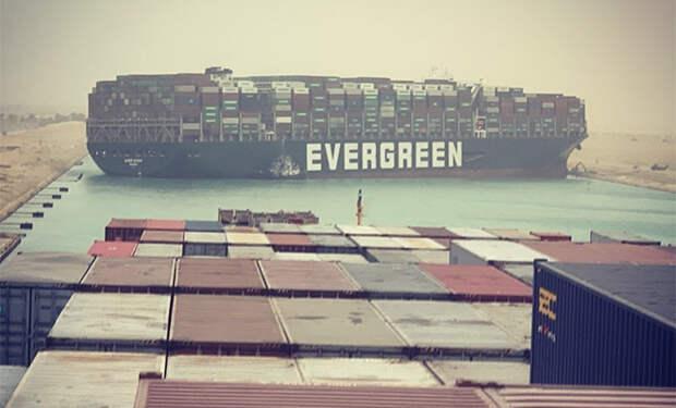 Контейнеровоз перегородил Суэцкий канал и собрал пробку из 100 кораблей. Видео