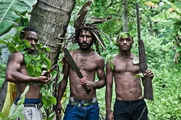 Для фото их, конечно приправили листьями, словно салат, но обратите внимание на оружие! Изображение взято из открытых источников.