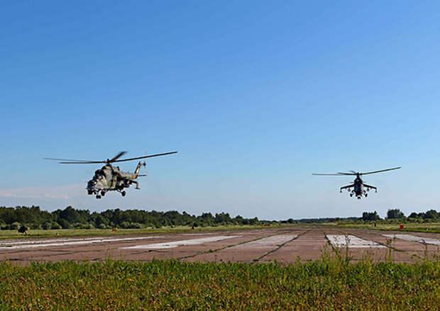 Экипажи боевых вертолетов Балтийского флота нанесли ракетный удар по аэродрому условного противника