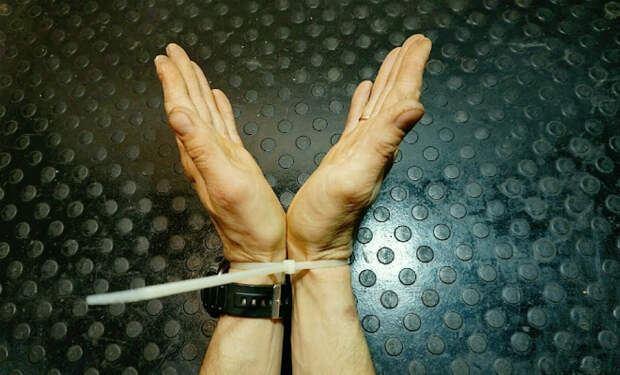 Освобождаем руки от стяжки: пластиковые наручники слетают сами