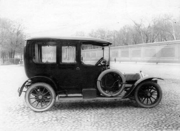 05. Придворный автомобиль, принадлежащий императорской фамилии, около Александринского театра. 1910-1914.