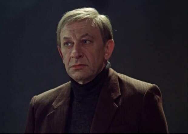 Алексей Беглов не ощущает себя звездой. И в молодости наверняка не наглел. Он знал своё честное, но при этом - не высшее место. Поэтому он - прекрасен.