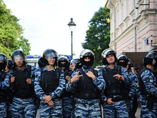 Наряд полиции возле посольства Мьянмы в Москве где проходит акция в поддержку мусульман народа рохинджа