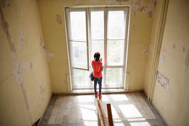 2. Ежегодно из Нигерии в Россию бегут тысячи девушек. Им обещают здесь работу и образование. Как правило, в роли вербовщицы выступает нигерийка среднего возраста, которая устанавливает контакт с их родителями, или близкая подруга. За ними стоят преступные группировки.