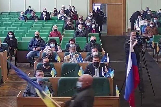 Украинская полиция со скандалом вынесла флаг России из горсовета Славянска