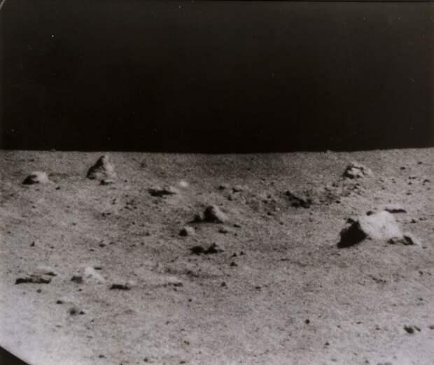 1967, сентябрь. «Сервейер-5» — пятый спускаемый аппарат, запущенный по американской программе «Сервейер» и совершивший мягкую посадку на Луну. «Сервейер-5» прилунился 11 сентября 1967 года в Море Спокойствия. На снимке место посадки