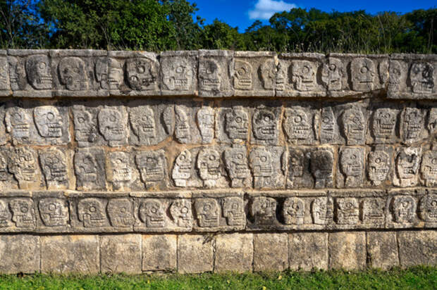 Стена черепов в Чичен-Ице.