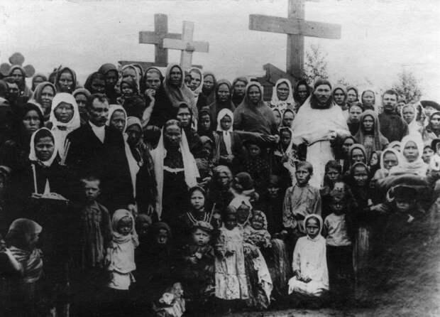 05. Группа женщин на могилах расстрелянных рабочих. 1912