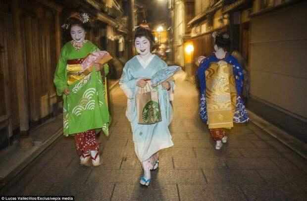 Гейши в традиционных костюмах идут в чайный дом в районе Гион гейша, история, люди, япония