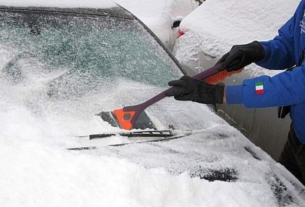 Высвобождение дворников от ледовых оков с помощью скребка может повредить резиновые щетки