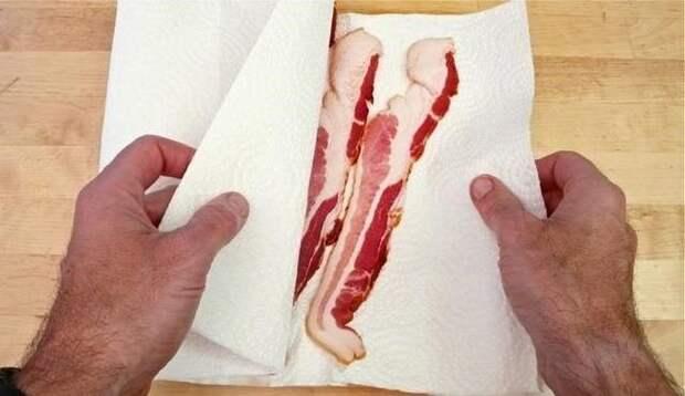 Убираем влагу из бекона или любого другого мяса. \ Фото: pinterest.com.