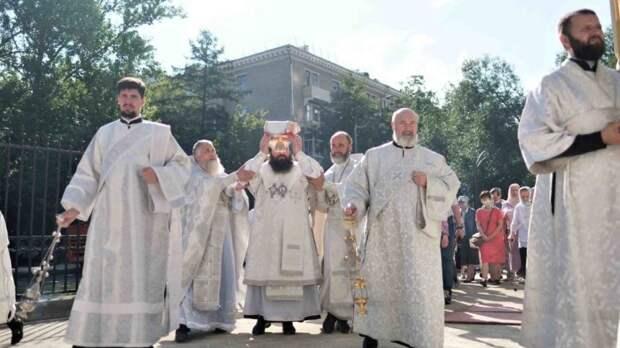 Недавно освященному храму в Новоподмосковном передали в дар старинное распятие