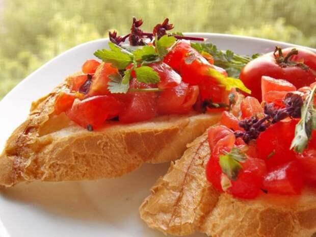 Брускетта с томатами и базиликом