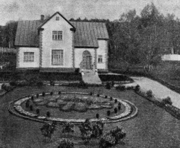 Ухоженные дворы и красивые дома разительно отличались от жилья простых рабочих завода (пос. «Березки», Магнитогорск).   Фото: yaplakal.com.