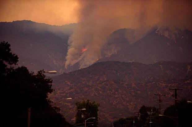 Лесные пожары в горах на севере округа Лос-Анджелес, Калифорния, США, сентябрь 2020 года.