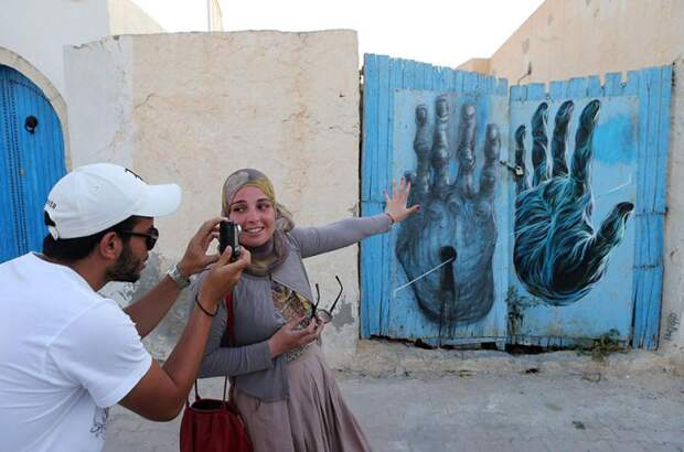 150 уличных художников из 30 стран, превратили старую деревушку Эр-Рияд в Тунисе в настоящую галерею под открытым небом (16)