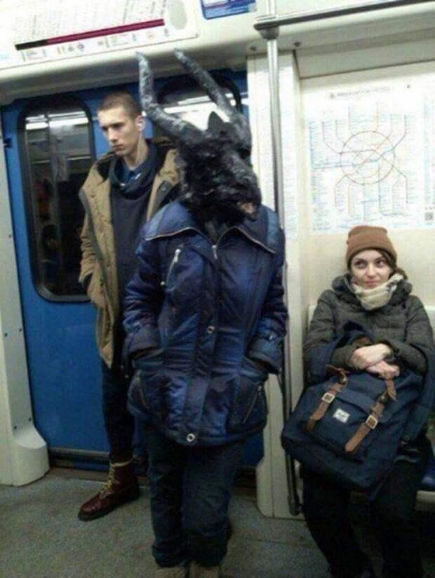 Странная маска в метро