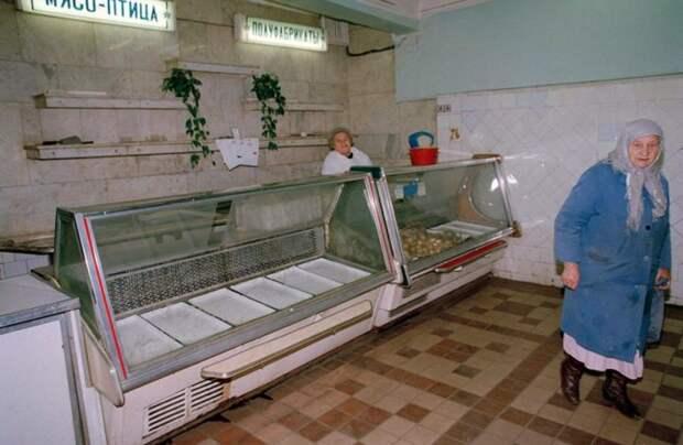 Пустые витрины в советском магазине