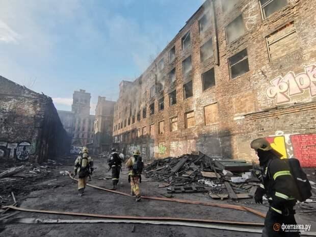 Огонь охватил здание на территории «Красного треугольника» на Обводном канале в Петербурге
