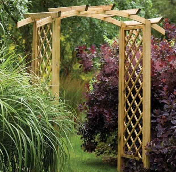 Деревянная конструкция в виде небольшой перголы будет отлично смотреться в любом ландшафтном дизайне.