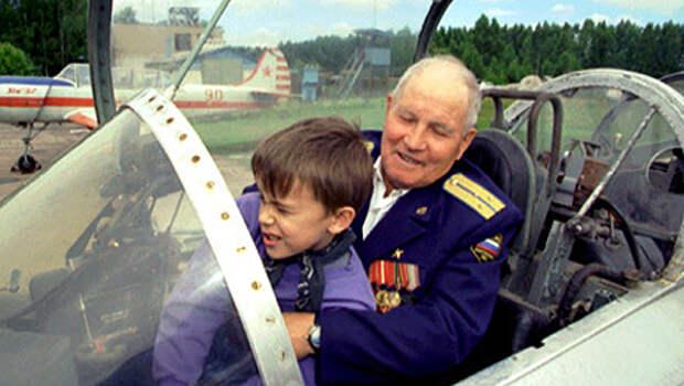 Михаил Девятаев с внуком