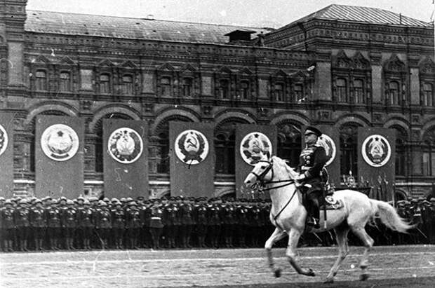 В Киеве вандалы разбили мемориальную доску маршалу Жукову