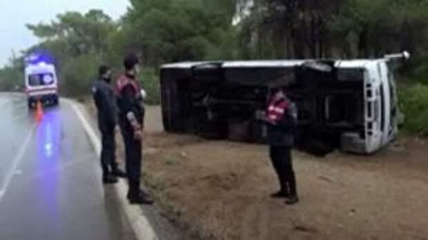 В Анталье микроавтобус с российскими туристами попал в ДТП