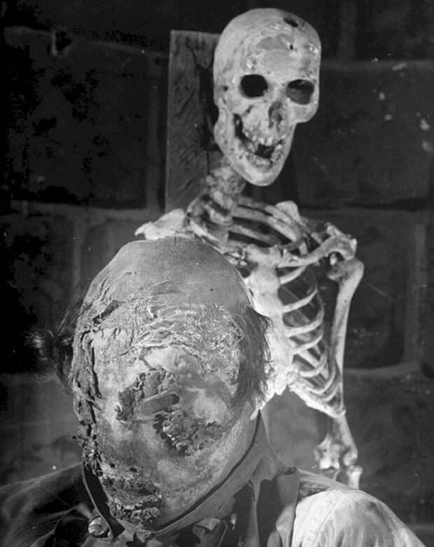 Постановочный снимок сделан во французском театре ужасов Гран-Гиньоль, работавшем с 1897 по 1962 годы.