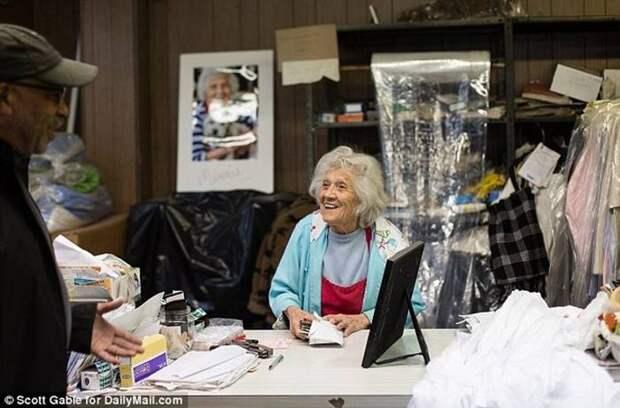 Эта 100-летняя женщина по-прежнему работает в прачечной 11 часов в день