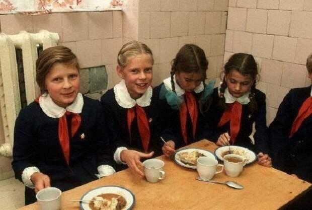 Обед в школьной столовой. СССР, история, школа