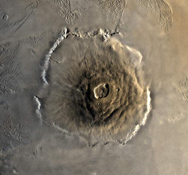 На Марсе находится самая высока гора из всех известных гор Солнечной системы. Её высота 22 км. (NASA)