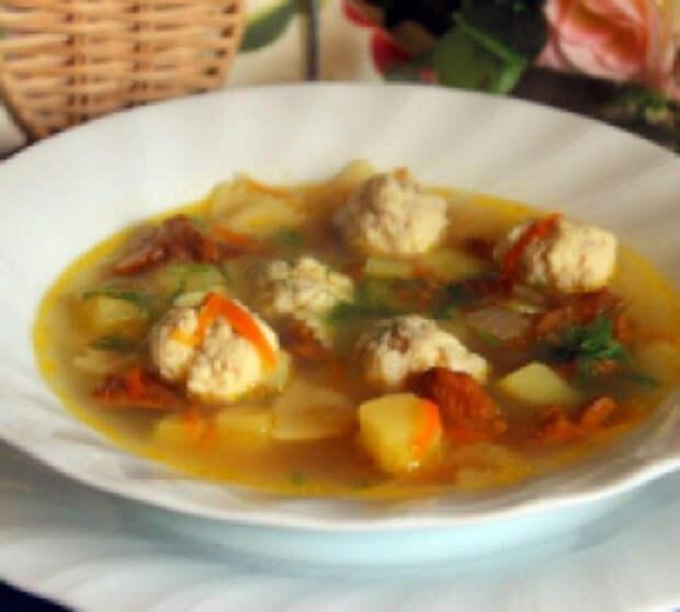 Суп с куриными фрикадельками, лисичками и фарфалле