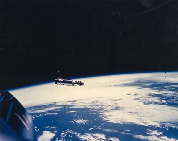 1966, март. RM-81 «Аджена» (мишени для отработки сближения и стыковки в космосе) над Землей.  Радар системы сближения захватил «Аджену» на расстоянии 330 км. Астронавты заметили «Аджену» визуально на расстоянии порядка 140 км