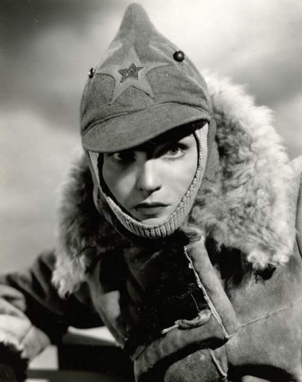 """В 1943 году Анна сыграла главную роль в фильме """"Три русских девушки"""". Ее героиня, русская медсестра, простая и милая девушка, влюблялась в американского летчика."""