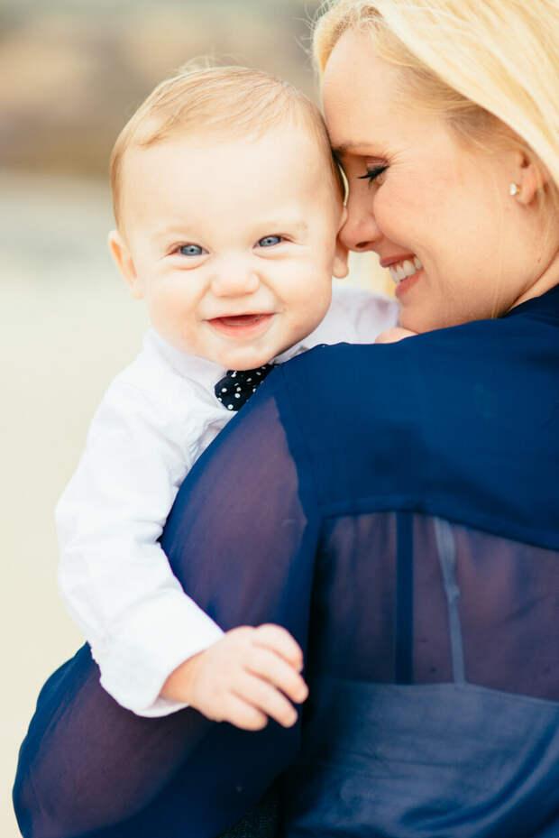 малыш на руках у мамочки