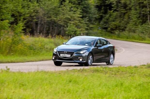 В скоростных поворотах Mazda великолепна: запас по сцеплению огром- ный, обратная связь на руле образцовая. Жаль, вышесказанное справедливо, только если под колесами ровный асфальт.