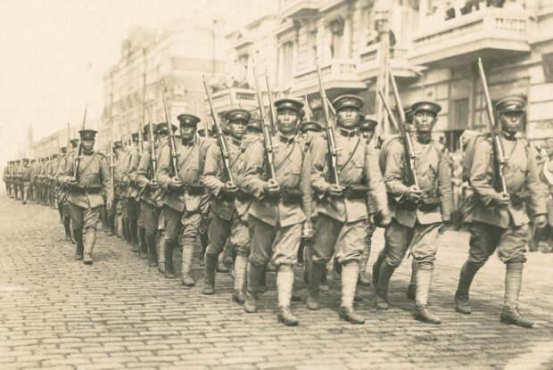 По брусчатке шагают сыны Японской Империи, этих ни с кем не спутать (19.8.1918)