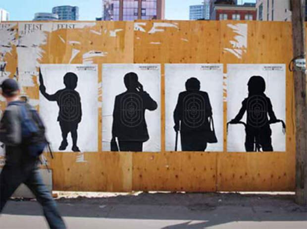 """Мишени на силуэтах людей. Надпись на плакате: """"Преступления, совершенные с помощью огнестрельного оружия, влияют на всех нас"""""""