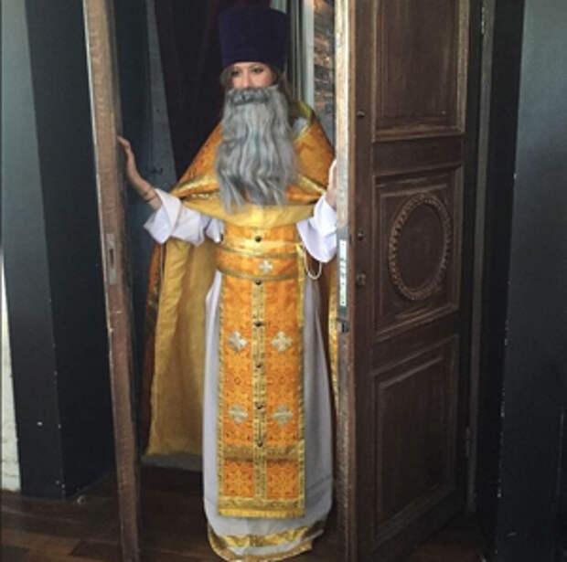 В отношении Ксении Собчак из-за ее ФОТО в костюме священника СК РФ начал проверку
