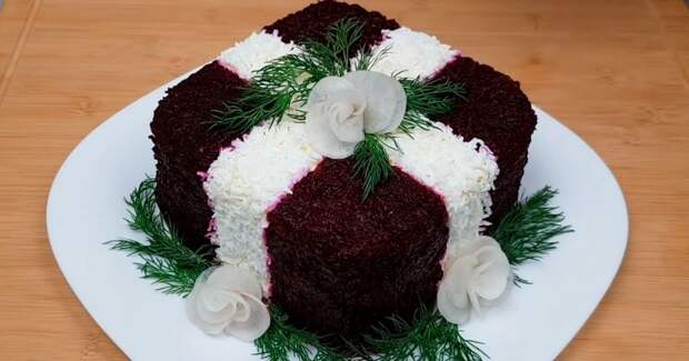Настоящее украшение праздничного стола. Слоёный салатик с копчёной курочкой