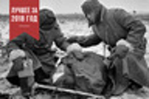 Два советских воина склонились над убитым товарищем