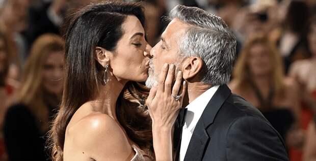 Амаль Клуни поцеловала супруга на вечере в его честь
