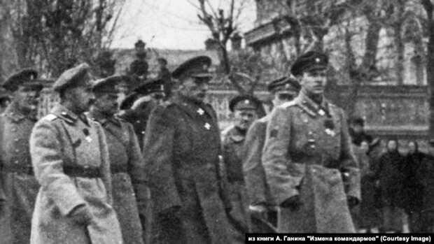 Адмирал А. В. Колчак с генералами Б. П. Богословским и Р. Гайдой в Екатеринбурге. Май 1919 г.