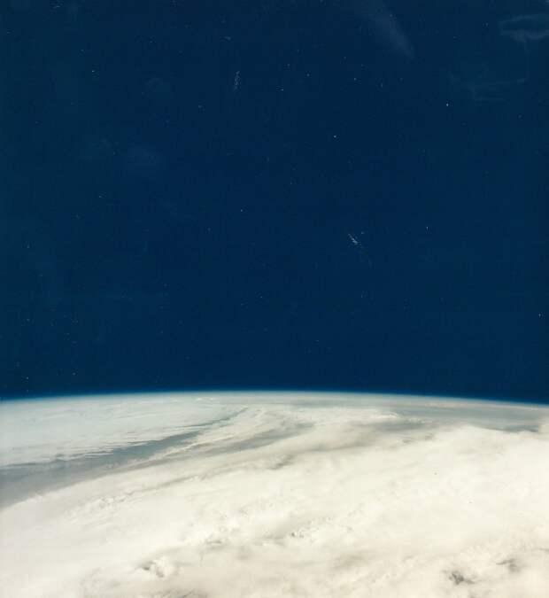 1968, 4 апреля. «Аполлон-6» — второй и последний беспилотный экспериментальный полет ракеты «Сатурн-5» в рамках программы «Аполлон». Ракета стартовала 4 апреля 1968 года. На снимке земной горизонт заснятый «Аполлоном-6»